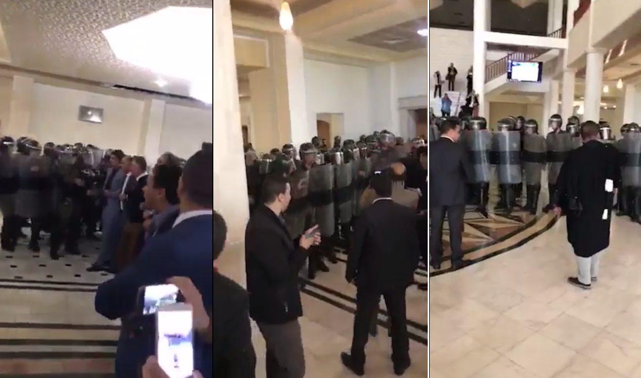 Les gendarmes expulsent les magistrats grévistes — Tribunaux d'Alger
