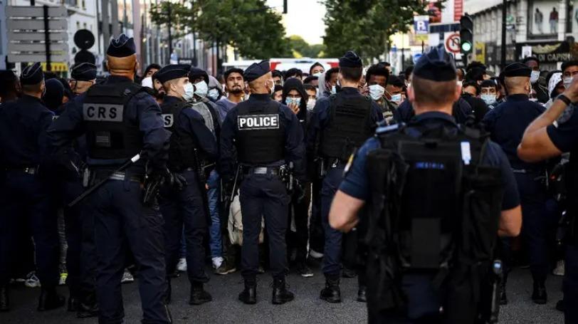 France : un campement de jeunes migrants évacué en plein Paris